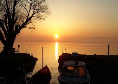Blick auf den Sonnenaufgang vom kleinen Hafen der Familie Moser