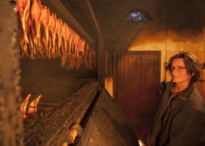 Irmi Wallner in ihrer Räucherkammer