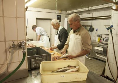 Thomafischer: Arbeit im Fischputzraum
