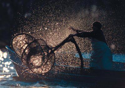Fischermeister Thomas Lex beim Auswaschen der Reusen