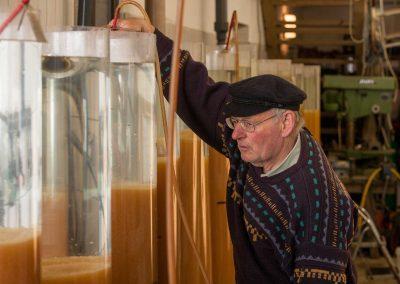 Fischermeister Horst Schaber im Bruthaus am Harras