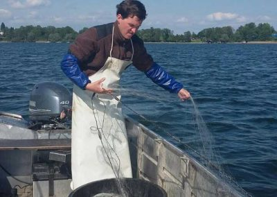 Fischermeister Johannes Stephan beim Auslegen der Netze in der Keilbacher Bucht